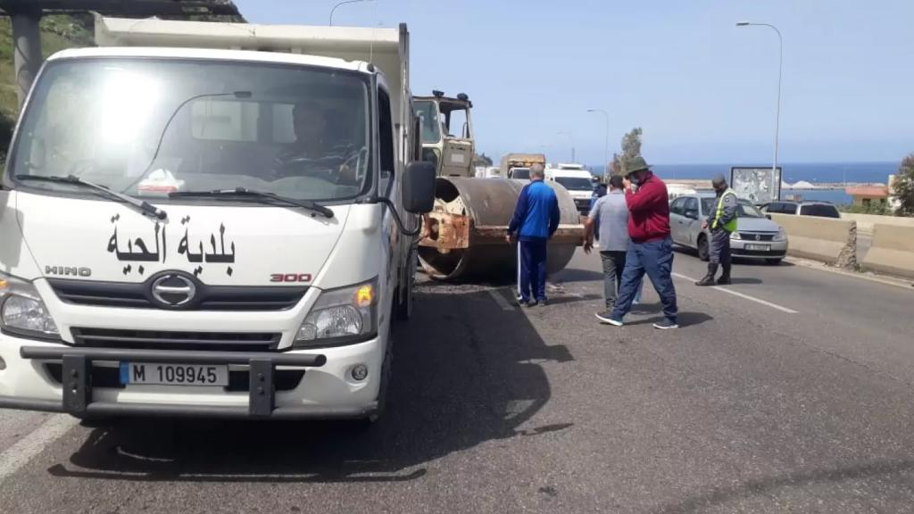 بعد تكرار وقوع حوادث السير...بلدية الجية باشرت تزفيت الحفر على الاوتوسراد الساحلي