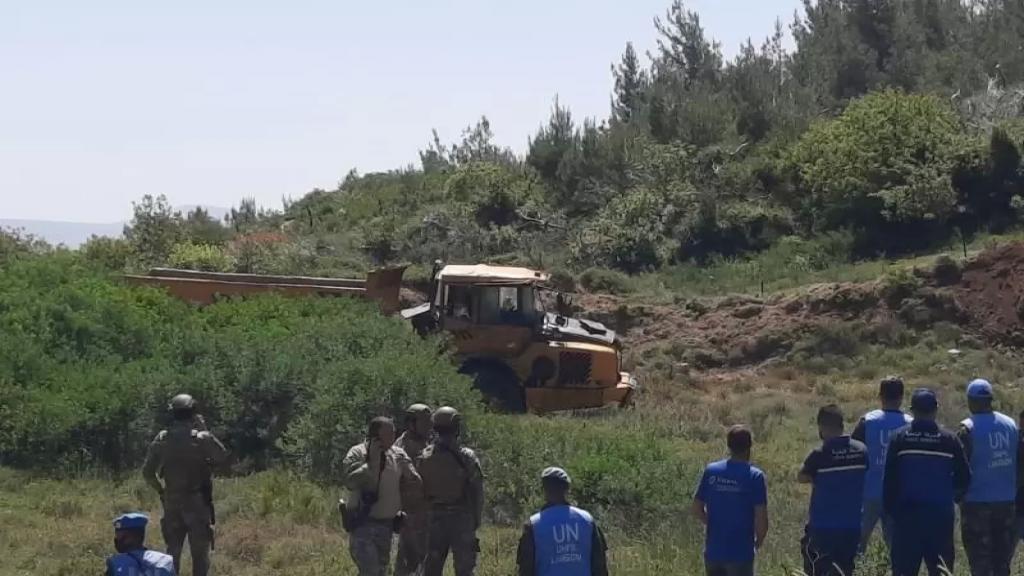 انزلاق شاحنة للاحتلال الاسرائيلي تقوم بأعمال حفريات قبالة بلدة العديسة واستقرارها على مقربة من الخط الازرق