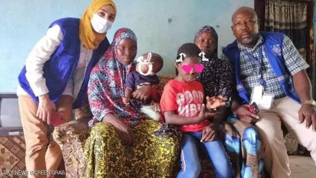 بعد 3 سنوات على فقدانه خلال رحلة هجرة غير شرعية.. طفل يلتقي بعائلته بعد أن ألقت به الأمواج في تونس!
