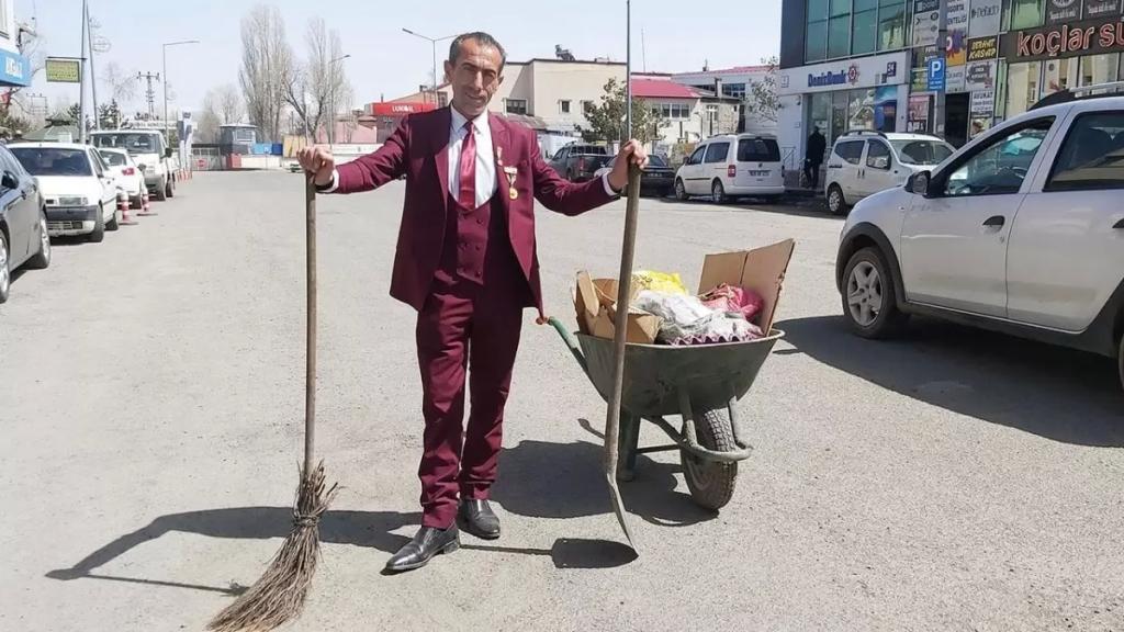 بالصور/ عامل نظافة يلفت الأنظار بأناقته وهو يكنس الشوارع مرتديًا بدلة رسمية