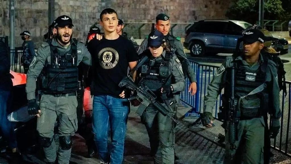 """""""مُنتَصِب القامَة أمشي""""....شموخ شاب مقدسي أثناء اعتقاله يأسر قلوب رواد مواقع التواصل الاجتماعي!"""