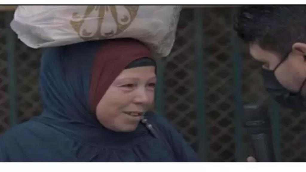 """بالفيديو/ """"هي الفلوس دي حلال؟ أنا مشقتش بيهم""""..سيدة باتت حديث مصر والعالم العربي بعد حصولها على مكافأة مالية!"""