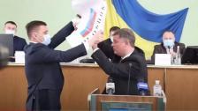 بالفيديو/ خلاف تحول لعراك بالأيدي بين نائبين أوكرانيين بسبب علم!