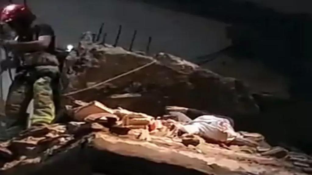 بالفيديو/ اثناء عمل الدفاع المدني على انقاذ سيدة بعد انهيار شرفتين في مبنى في صور
