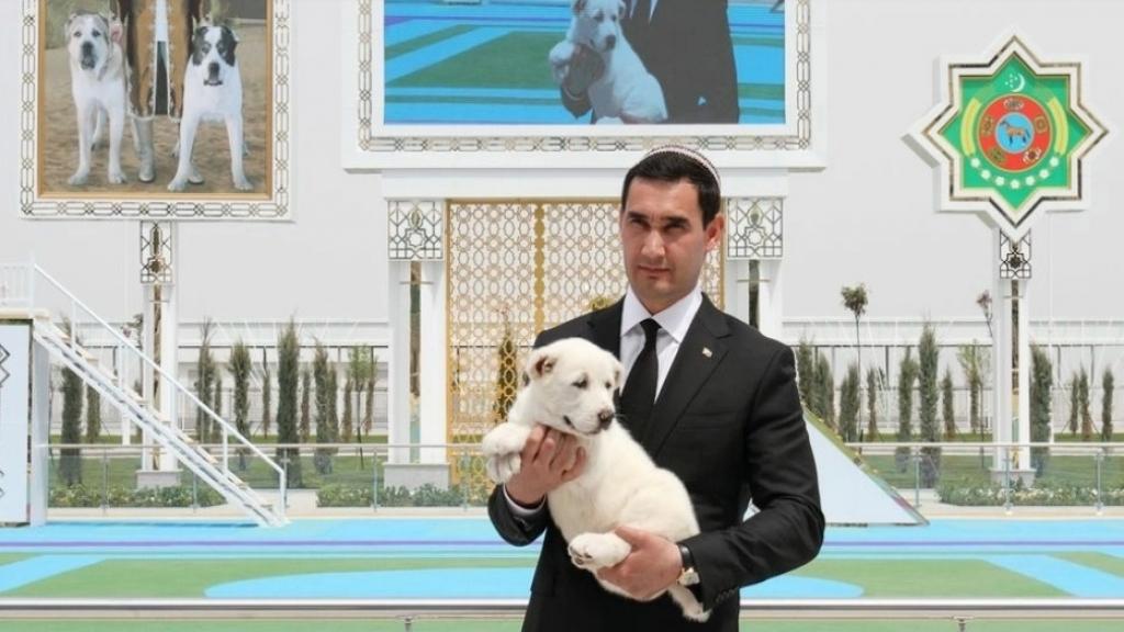 """بعد أن أقام له تمثالاً وكتب عنه قصيدة...رئيس تركمانستان يمنح عطلة عامة لكلب الـ""""ألاباي"""""""