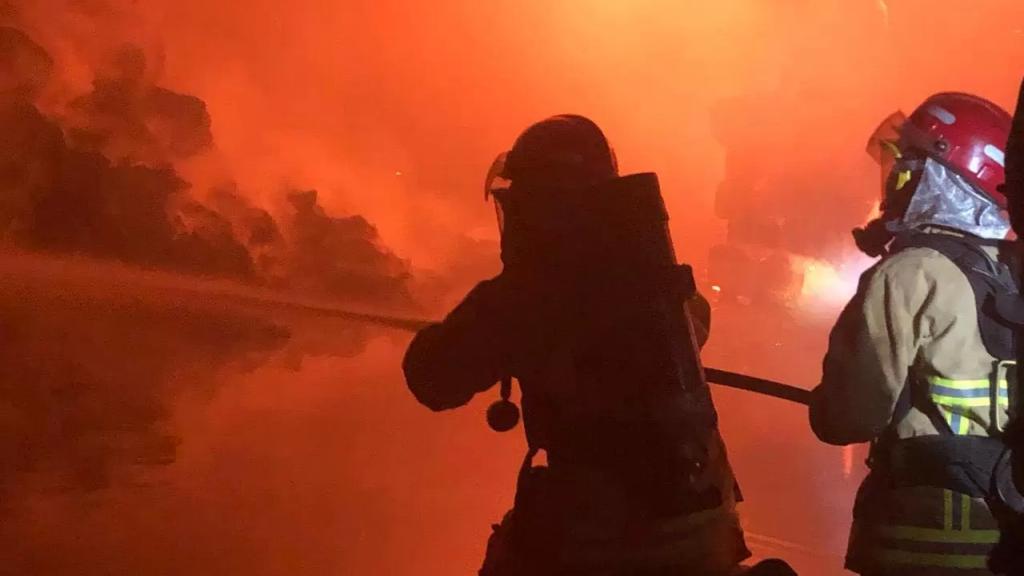 بالصور/ اندلاع حريق كبير داخل مستودعين في الغازية ليلا.. سرعة تدخل عناصر الدفاع المدني حال دون وقوع كارثة وامتداد النيران إلى مواد سريعة الاشتعال