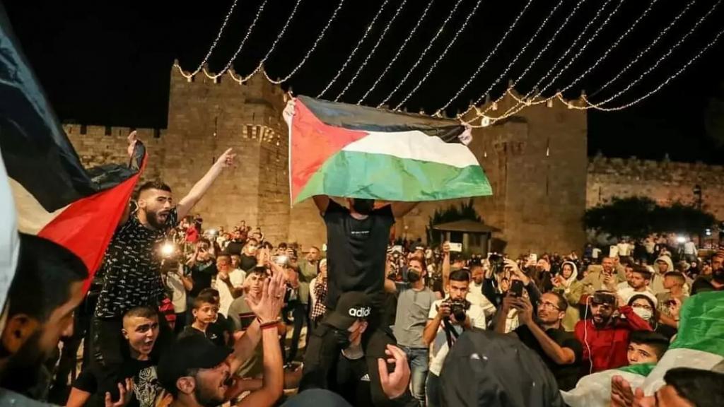 """بالفيديو والصور/ """"لن يقفل باب مدينتنا""""...لحظات احتفال الفلسطينيين بعد إجبارهم قوات الاحتلال إزالة السواتر الحديدية من باب العامود في القدس"""