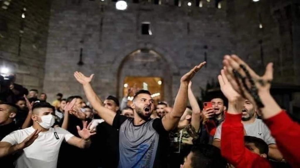 قوات الاحتلال تعتقل صاحب الصورة الشهيرة خلال الاحتفالات في باب العامود من منزله!