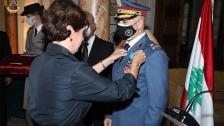 السفيرة الفرنسية لدى لبنان قلّدت قائد القوات الجوية العميد الركن زياد هيكل ميدالية الاستحقاق الوطني الفرنسية