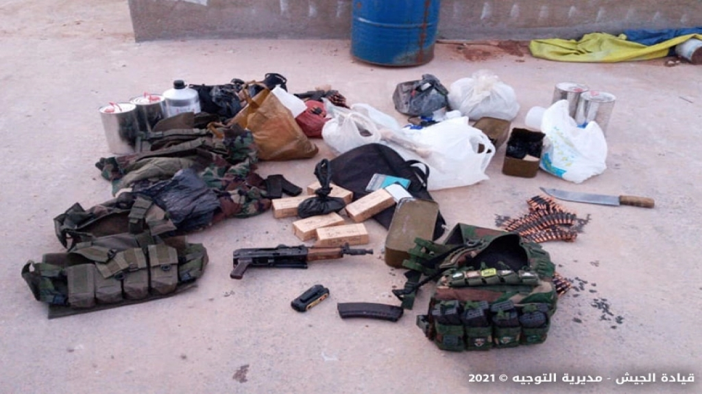"""بالصور/ """"علي الشيخ""""  وقع بقبضة مخابرات الجيش في نبحا...استهدف آليات عسكرية خلال عمليات دهم وقام بعمليات سلب بقوة السلاح وتزويد مصنعي الكبتاغون بالمواد الأولية!"""