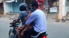 مشهد مأساوي من الهند.. نقل جثة أمه على دراجة بعدما لم يجد سيارة إسعاف تنقل جثتها