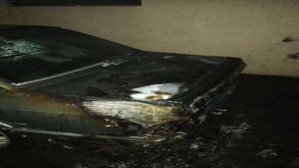 بالصور/مجهولون حرقوا سيارة إمام بخعون الشيخ سليم الحلبي وسيارة حفيدته امام منزله في البلدة