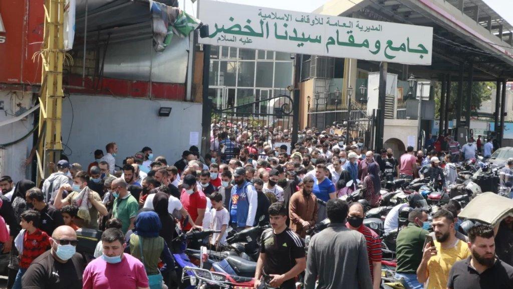 بالصور/ مشهد مرعب في جامع الخضر في الكرنتينا...أين الكمامة والتباعد الاجتماعي؟