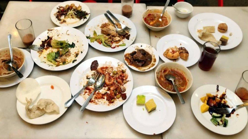 في الصين...قانون جديد يهدف لمكافحة هدر الطعام بحيث يسمح للمطاعم بتغريم الزبائن الذين يطلبون وجبات طعام زائدة ولا يستطيعون إنهائها!