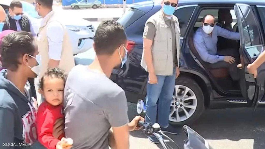 """بالفيديو/ السيسي يوقف عائلة على دراجة ويمنحها """"مظروفين"""": بتكسب كام في اليوم؟"""