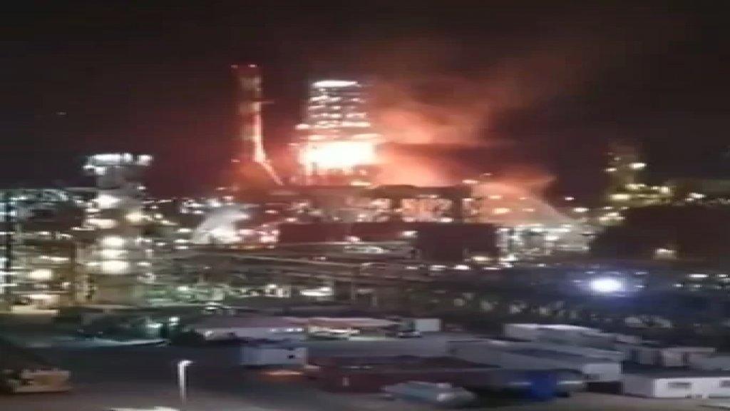 فيديو متداول للحريق الكبير داخل مصافي النفط في مدينة حيفا واستنفار لأعداد كبيرة من طواقم الاطفاء