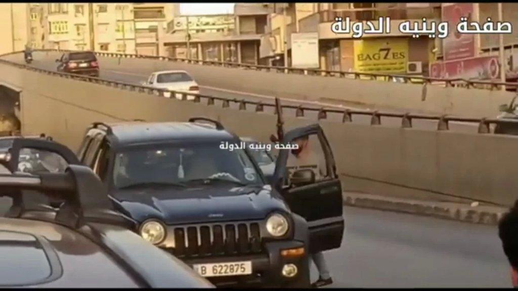 بالفيديو / في وضح النهار.. مسلّحون يسلبون صرافاً على طريق المطار!