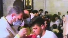 """بالفيديو/ انتقادات عبر مواقع التواصل بسبب """"المناولة"""" للمصلين أثناء القداس في دير سيدة البلمند في ظل جائحة كورونا"""