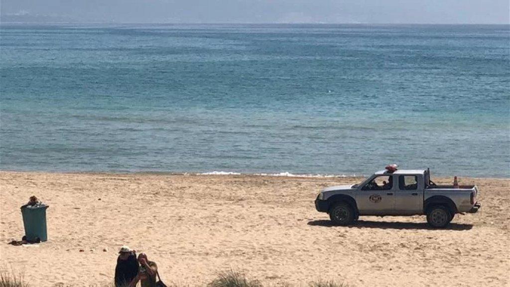 القوى الأمنية تُخلي شواطئ صور من رواد البحر