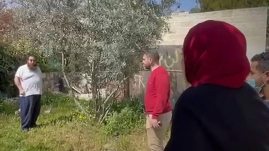 """بالفيديو/ مستوطن إسرائيلي يجيب فلسطينية تطالب بمنزلها.. """"إذا لم أسرق منزلك فسيسرقه شخص آخر""""!"""