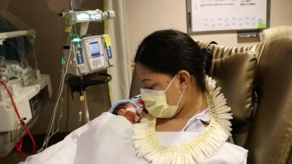 بالفيديو/ امرأة تلد طفلها على متن الطائرة متجهة إلى ولاية هاواي الأمريكية