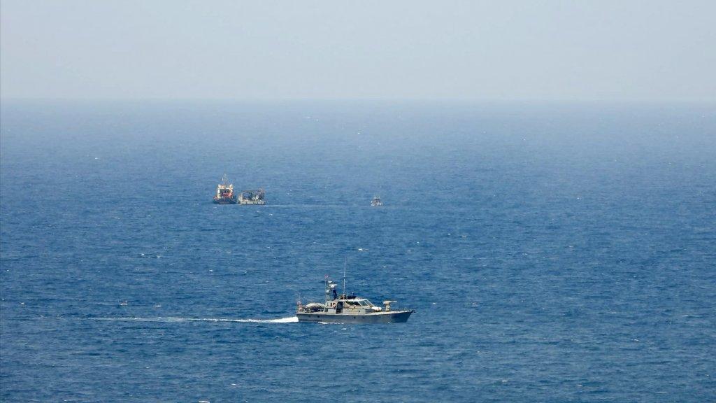 بالصورة/ زورق للجيش اللبناني مقابل زورق إسرائيلي أثناء المفاوضات غير المباشرة التي تجري الآن في رأس الناقورة