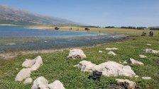 المشهد من الضفة الشرقية لـ بحيرة القرعون بعد تنظيفها من الأسماك النافقة