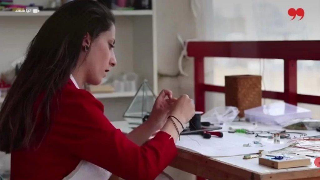 بالفيديو/ الشابة ميرا ابنة صيدا وشغفها بالبحر: حوّلت الزجاجات المرمية على الشاطئ إلى اكسسوارات بلمسة فنيّة!