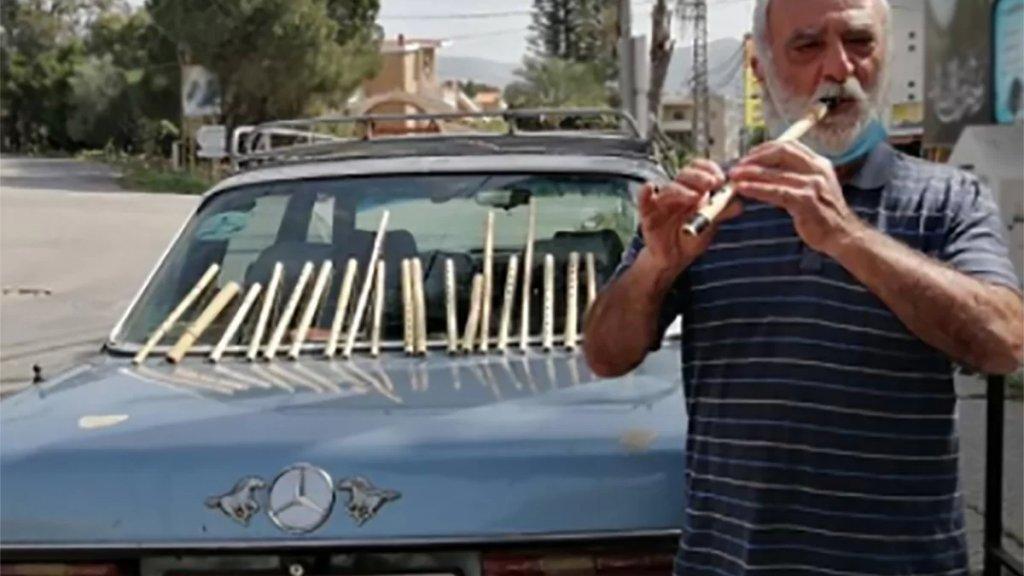 """لأن """"الشوفرة"""" في لبنان لم تعد تطعم خبزاً.. سائق تاكسي عاد إلى صناعة المنجيرة """"أقله أبعث الفرح للناس في زمن التعاسة السائدة""""!"""