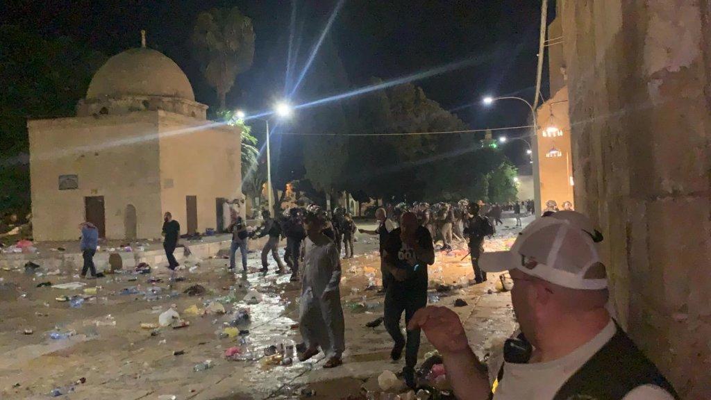 بالفيديو/ الشرطة الإسرائيلية تقتحم ساحة المسجد الأقصى وتعتدي على المصلين