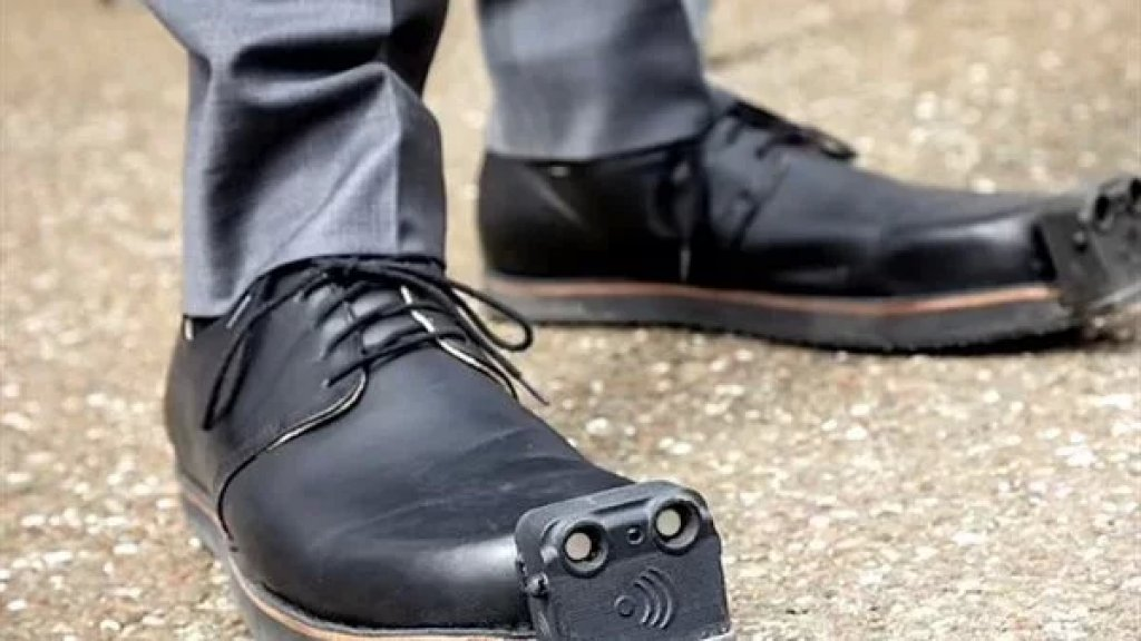 """تطوير حذاء ذكي لمساعدة المكفوفين على السير بأمان.. """"أجهزة الاستشعار على إصبع الحذاء تكتشف العوائق التي تصل إلى 4 أمتار"""""""