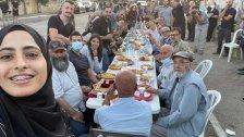 أهالي حيّ الشيخ جراح المهددين بالتهجير من منازلهم، يتناولون طعام إفطار اليوم في ظل منع شرطة الاحتلال لغير ساكنيه من الدخول