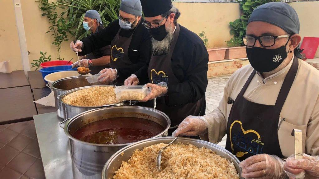بالصور/ في طرابلس - الميناء.. مشاركة من المطرانية في إعداد الإفطار للصائمين