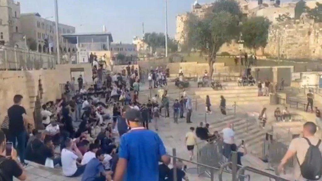 فرحة المقدسيين في باب العامود بعد وصول أول رشقة صواريخ ودوي صفارات الإنذارات في مدينة القدس
