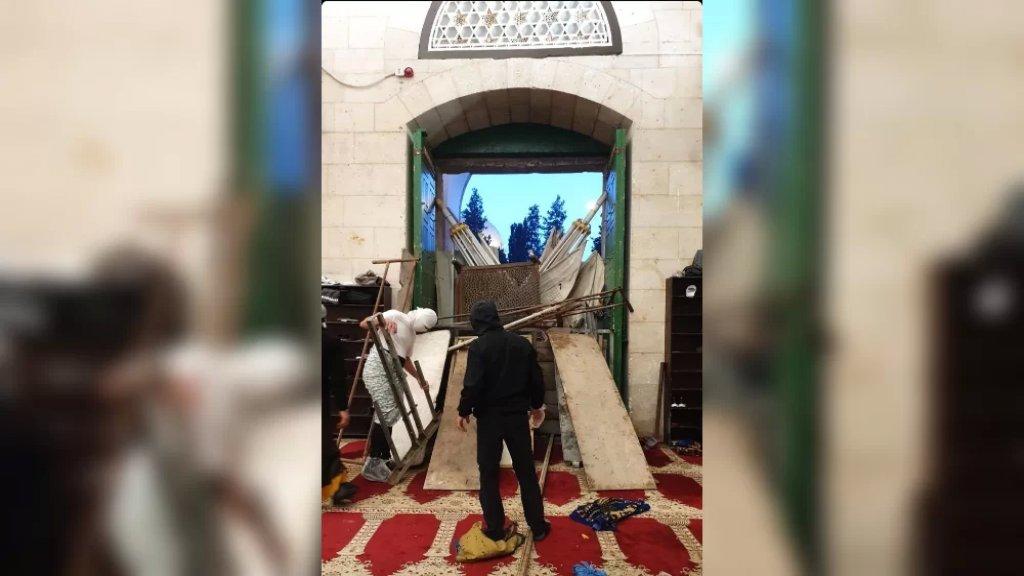 بالصورة/ من التحصينات التي أقامها المقدسيّون فجرًا عند أبواب المسجد الأقـصـى