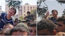 """""""الله يسهل عليك يابا"""".. لحظات مؤثرة لطفل فلسطيني يودع والده الذي استشهد إثر قصف قوات الاحتلال لشمال قطاع غزة"""
