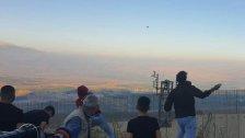 شبان لبنانيون يتسببون بأضرار بكاميرات التجسس الإسرائيلية المثبتة على الجدار الإسمنتي عند حدود العديسة