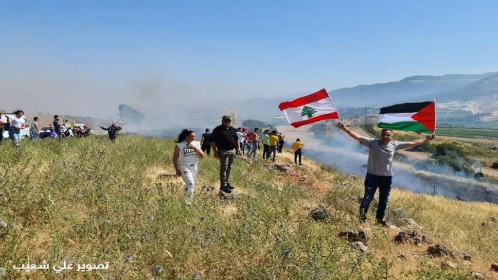 بالفيديو/ لبنانيون يقتحمون السياج الحدودي عند المطلة وجيش الاحتلال يطلق النار ويلقي قنابل صوتية ويصيبوا مواطنا لبنانيا خلال التظاهرة