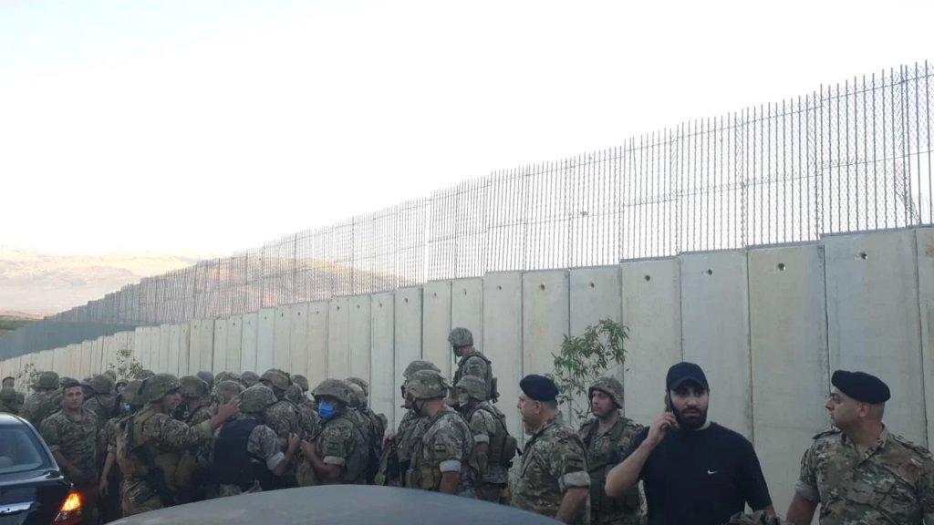 الجيش اللبناني يتدخّل ويُبعد المتظاهرين عن الجدار الإسمنتي الفاصل في بلدة كفركلا