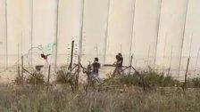 بالفيديو/ شبان يحاولون نزع السياج الشائك في العديسة