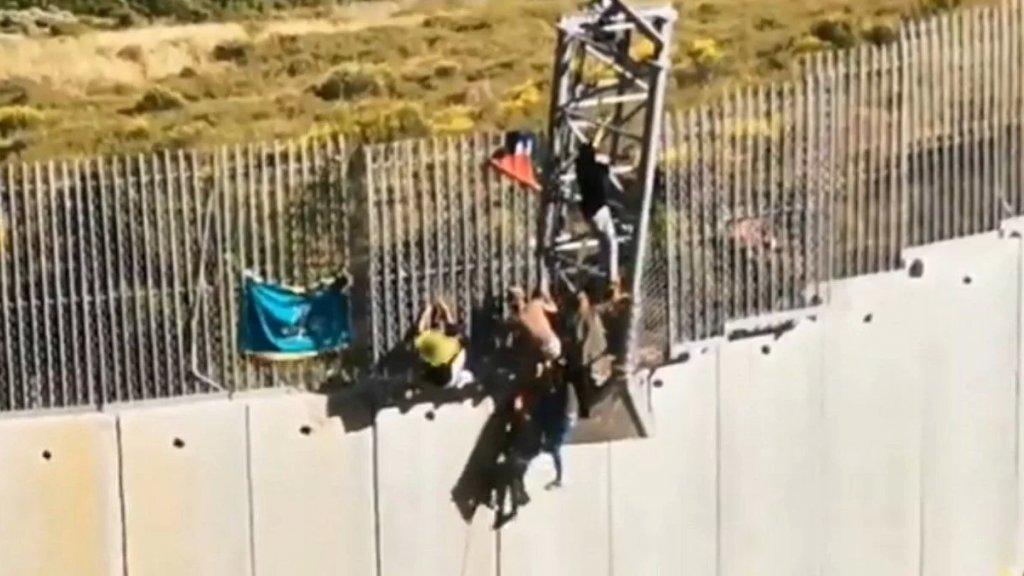 """بالفيديو/ الجيش """"الاسرائيلي"""" يطلق الرصاص على متظاهرين تسلقوا الجدار واقتلعوا كاميرات التجسس عن البرج الحديدي عند حدود بلدة العديسة من دون وقوع إصابات"""