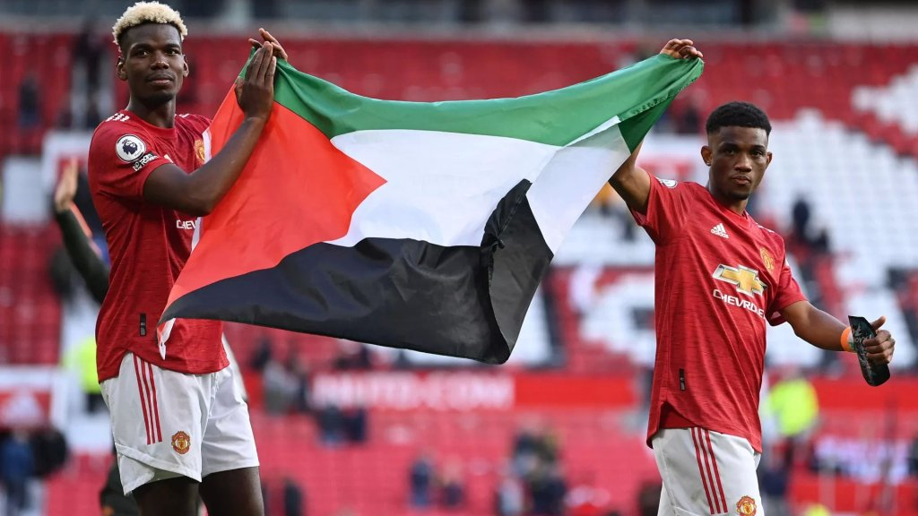 بالفيديو/ لاعبا مانشستر يونايتد بوغبا وديالو يرفعان العلم الفلسطيني في الملعب بعد مباراة مع فولهام