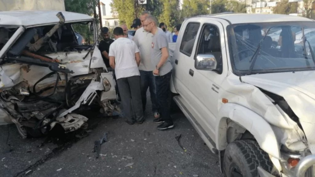 بالصورة/ واجهته تحطمت بالكامل.. سحب مصاب سوري من فان إثر حادث سير مروع في حلبا
