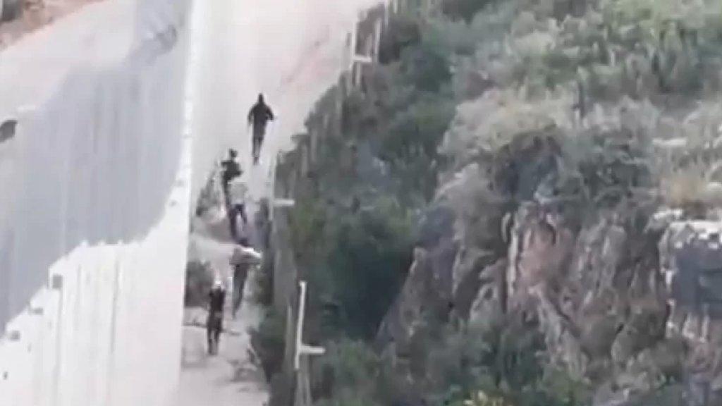 بالفيديو/ متظاهرون لبنانيون عند الحدود اللبنانية مع فلسطين المحتلة في العديسة يقتحمون السياج والجدار الإسمنتي
