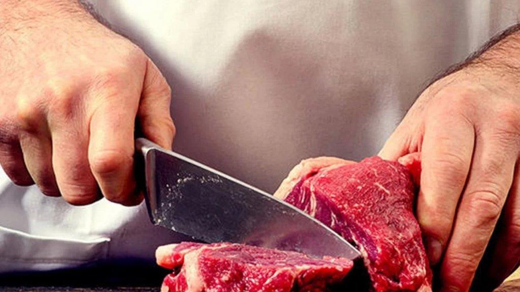 اللحوم المدعومة تغزو السوق بسعر غير مدعوم.. التجار أفرجوا عن اللحوم المخزّنة لبيعها بـ3 أضعاف! (الجمهورية)