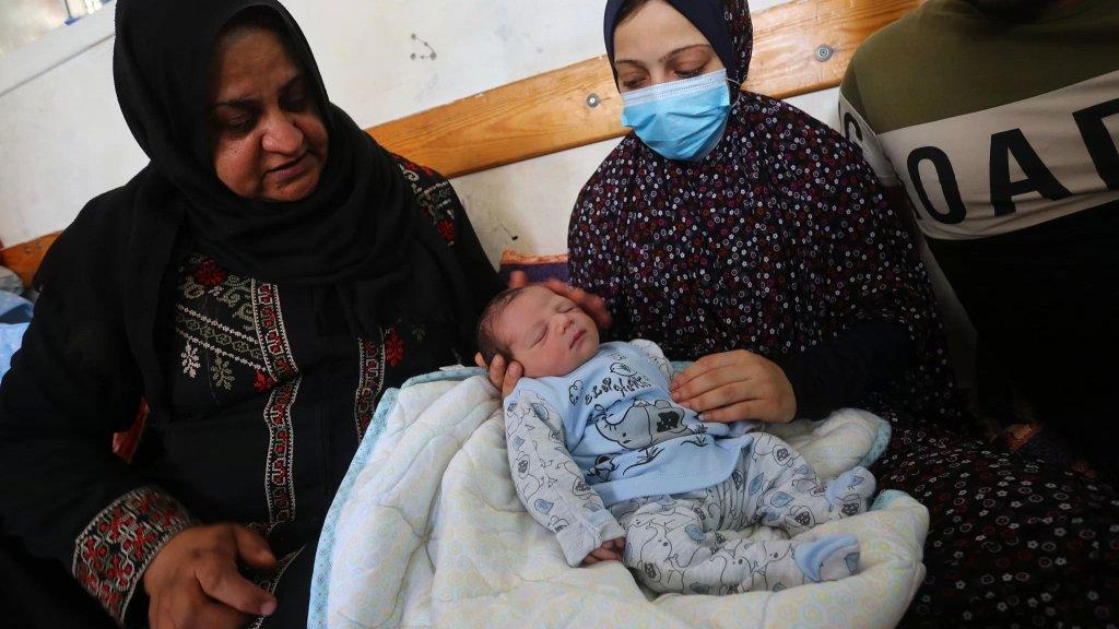 أمل رغم الركام.. سيدة فلسطينية أنجبت طفلها في مدرسة في غزة بعدما فقدت منزلها اثر القصف الإسرائيلي