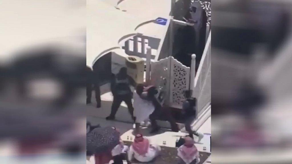 بالفيديو/ معتمر حاول الإعتداء على إمام الحرم خلال خطبة الجمعة في مكة!
