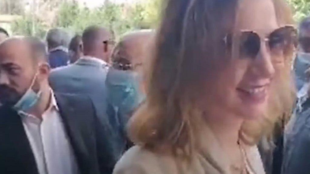 """بالفيديو/ ديما جمالي تثير الجدل مجدداً، أتت من الإمارات لحضور الجلسة النيابية: """"كرمال عيون الرئيس""""... والإنتقادات تطالها بالـ """"جملة""""!"""