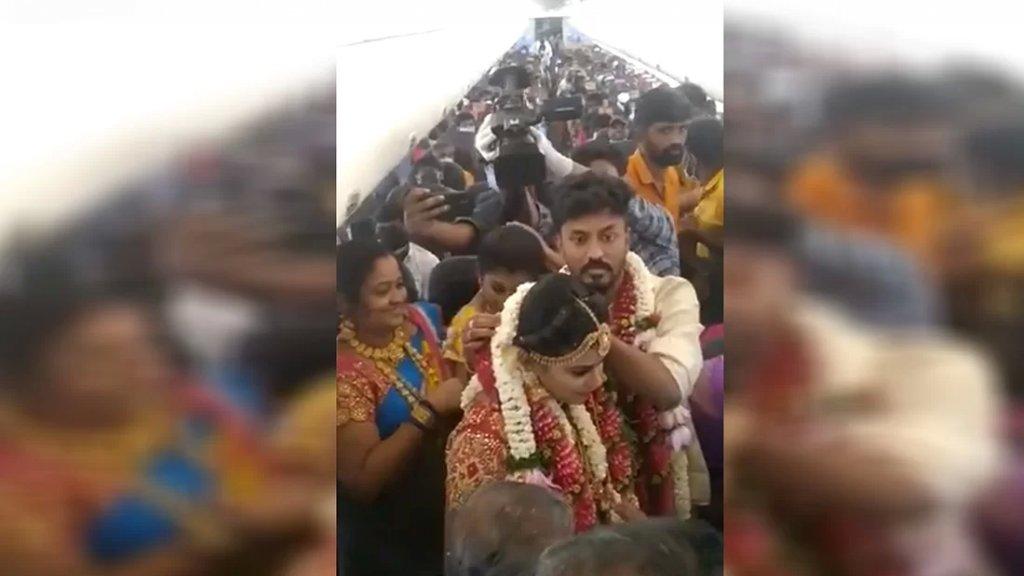 بالفيديو/ هربًا من قيود الجائحة..هندي أقام حفل زفافه على متن طائرة وتسبب بطرد طاقمها