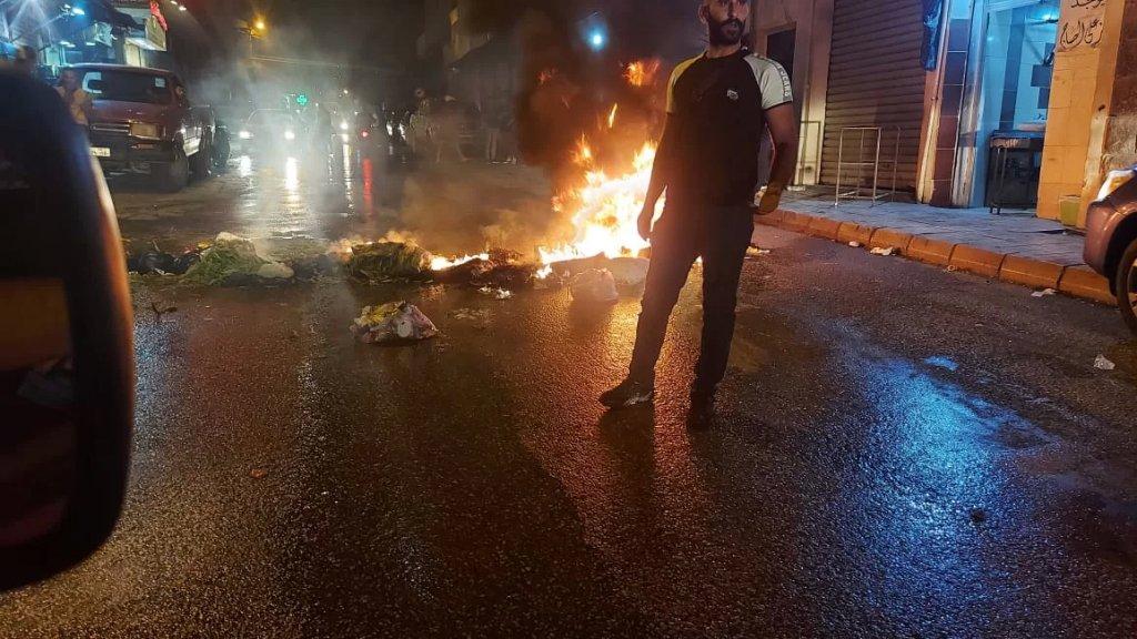 قطع شارع بشارة الخوري في بعلبك بالاطارات المشتعلة احتجاجاً على تردي الأوضاع الاقتصادية والمعيشية